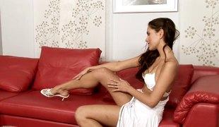 brunette babe langt hår solo høye hæler