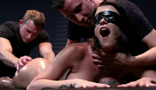 Blindfolded chick enjoys the most good threesome shagging of her life