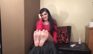 Barefoot MILFie Shows Her Soles