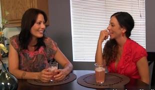 TabooHandjobs: Ariella Ferrera & Zoey Holloway