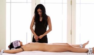 brunette babe massasje små pupper handjob