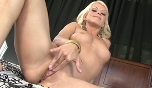 Jana Cova kills time rubbing her love hole